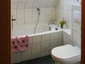 Badezimmer oben mit Badewanne